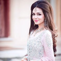 Designer Engagement Dresses For Indian Bride 2017 with the latest fashion trends to make you trendy look. These Designer Engagement Dresses are designed by Indian Traditions. Short Wedding Hair, Wedding Hairstyles For Long Hair, Elegant Hairstyles, Indian Hairstyles, Bride Hairstyles, Short Hair, Trendy Wedding, Natural Hairstyles, Pakistani Wedding Hairstyles
