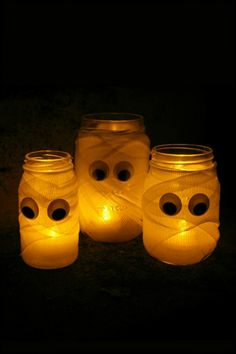 Save this Dollar Store hack to DIY a set of mason jar mummy luminaries with your kids for Halloween.