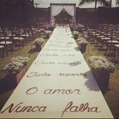 Lindo tapete com decoração! Casamento no campo. Casamento ao ar livre!