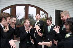 Seu noivo em momentos de descontração com os amigos pode render ótimas fotos para seu álbum! Fotos engraçadas com participação especial dos padrinhos são ótimas ideias para fotos de casamento!