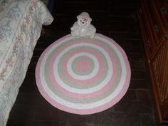 tapete c onfeccionado em croche <br>material utilizado barbante de algodão *8 fios) <br>cores: branco rosa claro e caqui <br>produto lavável