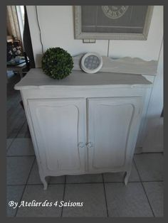 Petit buffet en chêne patiné gris perle blanc poudré par l' ATELIER DES 4 SAISONS . Ce meuble revisité dans une teinte sombre á l'aspect vieilli  pour donner du caractère et du style á votre intérieur.