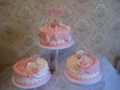 3 великолепных тортика в бело-розовой гамме. Их можно украсить фигурками жениха и невесты или сердечками с вашими инициалами.