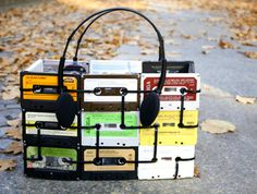 ReFab Diaries: Upcycle: Cable Ties, zipped up! Cassette tapes, cable tiles and headphone handles. For more amazing cassette tape remixes, head to ScrapHacker Cassette Tape Crafts, Retro Desk, Diy Accessoires, Trash To Treasure, Reuse Recycle, Recycled Crafts, Fun Crafts, Purses, Design