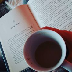 "3 To se mi líbí, 1 komentářů – Barča Hlavatá (@baruus_hl) na Instagramu: ""Perfect mornings 😏 #book #coffee #morning #relax #happy #monday #nostress #chill"""
