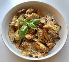 Sprø ovnsbakte potetbåter med parmesan – Henriettes matblogg Parmesan, Pork, Meat, Kale Stir Fry, Pork Chops, Parmigiano Reggiano