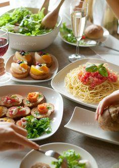 パーティー料理と食事をする若者たちの手元[20027004839]| 写真素材・ストックフォト・イラスト素材|アマナイメージズ