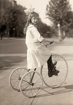 Muchacha, Que monta el triciclo, ca. 1915