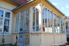 Kuistin kautta (Loviisan wanhat talot -tapahtuma: Lasikuistit) Swedish House, Entrance Doors, Cottage Style, Old Houses, Countryside, My House, Porch, Sweet Home, Villa