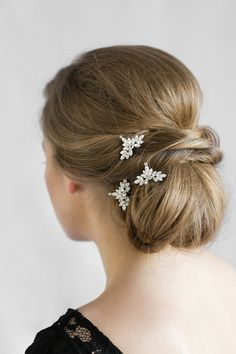 Stun them with sparkles with the Venus crystal bridal hair pins in soft silver tones. Perfect on your wedding day and beyond.
