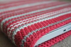 Ravelry: Project Gallery for Easy Laptop, iPhone, Cell phone, kindle or camera Sleeve pattern by Neesha Crochet Laptop Sleeve, Crochet Laptop Case, Crochet Case, Crochet Clutch, Crochet Purses, Knit Or Crochet, Crochet Crafts, Crochet Projects, Yarn Crafts