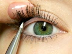 I'm never putting eyeliner on the same ever again. - This is how i apply my eyeliner now. It's real easy to do and looks a lot better. I use the gel eyeliner. All Things Beauty, Beauty Make Up, Hair Beauty, Beauty Style, Beauty Secrets, Beauty Hacks, Beauty Ideas, Beauty Trends, Make Up Tricks