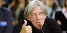 """André Glucksmann, filosofo e saggista francese, militante per i diritti umani, è morto aParigi, il 10 novembre 2015.Nato in una famiglia ebraica dell'Europa centrale, i suoi genitori si sono rifugiati in Francia all'avvento del nazismo. Suo padre morì all'inizio della guerra, la madre entrò nella Resistenza, come racconta in""""Una rabbia di bambino"""".Ha compiutogli studi a Lione, poi alla Scuola normale superiore di Saint-Cloud.Di formazione filosofica, entra al CNRS come specialista…"""