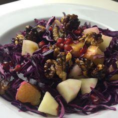 Rødkålssalat med karamelliserede valnødder og granatæble Fruit Salad, Acai Bowl, Cabbage, Clean Eating, Food Porn, Food And Drink, Vegetarian, Vegetables, Cooking
