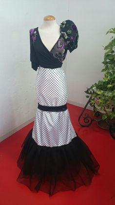 La tela de la falda se llama NIDIA FLOCADO y es de venta exclusiva en tienda, adornada con un tul negro. Top modelo SALOMÓN, gasa negra transparente con las flores flocadas.