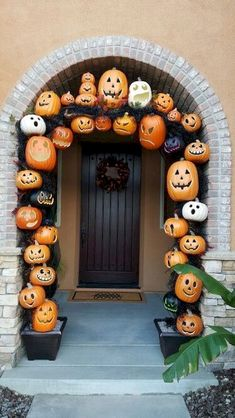 Bored of the common Halloween decor? Consider these halloween pumpkin decor this years Hallow's eve. Inspired by pumpkins! Love how my pumpkin archway turned out! Deco Haloween, Theme Halloween, Halloween Tags, Halloween House, Holidays Halloween, Halloween Pumpkins, Halloween Crafts, Halloween 2018, Halloween Pumpkin Decorations