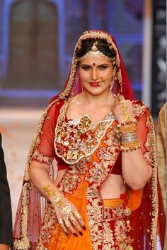Zarine Khan Walked on the Ramp at IIJW 2014.