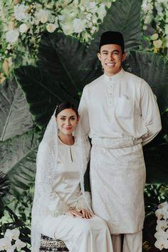 Destination Wedding in Kuching, Malaysia Malay Wedding Dress, Kebaya Wedding, Muslimah Wedding Dress, Green Wedding Dresses, Wedding Poses, Wedding Photoshoot, Wedding Attire, Foto Wedding, Korean Wedding