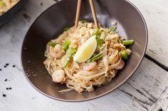 Jedno z popularniejszych dań kuchni tajskiej, spopularyzowane w latach 30. ubiegłego wieku, po to aby spożycie ryżu w Tajlandii spadło. Ot smażony makaron z dodatkami powiecie. A on mnie po prostu urzeka, za każdym razem jest inny ale zawsze pyszny. Jak nic innego poprawia mi humor, w przedbiegach przegrywa z nim u mnie każda czekolada.…