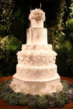 Bolo de casamento com seis andares, estilo clássico com detalhes em renda, flores e decoração em açúcar feito pela Piece of Cake.