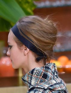 Le chignon banane XXLLe bon geste: Commencez par crêper tout le dessous de votre chevelure avec un peigne pour gagner du volume. En plaquant vos cheveux contre votre crâne, réunissez-les tous du même côté en fixant ce mouvement avec des pinces kirby. Enroulez les longueurs autour de votre main dans le sens inverse et attachez le rouleau obtenu avec des pinces à chignon. Si vous le souhaitez, terminez votre coiffure en nouant un ruban simple autour de votre tête.