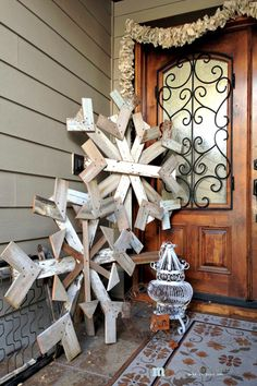 Make some creative Christmas front porch decor! Outdoor Christmas decorations for every family! Let's get started decorating your front porch for Christmas! Front Door Christmas Decorations, Christmas Front Doors, Christmas Porch, Noel Christmas, Outdoor Christmas, Christmas Projects, Winter Christmas, All Things Christmas, Holiday Crafts