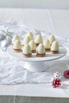 Sněhobílá vosí hnízda Recept: netradiční Jeden z mnoha vynikajících receptů Dr.Oetker, pečlivě vyzkoušených ve Zkušební kuchyni Dr.Oetker. Christmas Sweets, Christmas Baking, Baking Recipes, Cake Recipes, Mini Pizza, Desert Recipes, Just Desserts, Sweet Recipes, Tapas