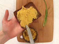Gesunde Abwechslung für dein Brot: Einen veganen Linsen-Aufstrich aus roten Linsen und leckeren Gewürzen kannst du ganz einfach selber machen.