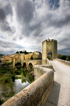 Besalu is a true medieval village located in Girona (Spain). It is perhaps one of the most beautiful destinations in the Costa Brava. Its streets and houses are made of rough honey color stones, ideal for a romantic getaway, plus the natural beauty of its surroundings, the Garrotxa Natural Park, famous for its volcanoes and fairy-tale forests.