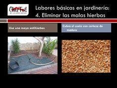 Para evitar que la maleza crezca y debilite su césped y plantas, puede usar una maya antihierbas o cubrir el suelo con corteza de madera.