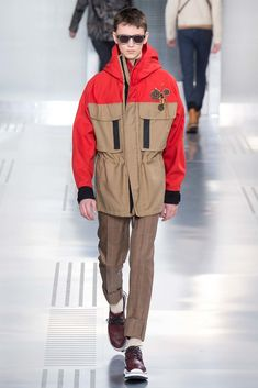 See all the Collection photos from Louis Vuitton Autumn/Winter 2015 Menswear now on British Vogue Runway Fashion, Fashion Show, Mens Fashion, Fashion Design, Vogue Paris, Louis Vuitton Homme, Mens Trends, Glamour, Fall Winter 2015
