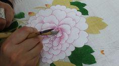 분홍빛 흰모란 바림하기- 포인트 바림과 둘레선 바림 물감 + 연지 + 군청 가운데 부분을 진하게 바림한다. 둘레선은 너무 가늘지 않게, 너무 진하지 않게 긋는다. 꽃 전체를 생각하며 가운데로 갈수록 진하게 포인트 바림을 한다. 줄기 중간에 흰 깍지잎에도 바림을 하고 선을 긋는다.