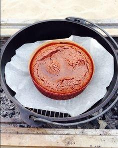 キャンプで作ったスイーツです。 泡立て不要。混ぜるだけ! あとはダッチオーブンにお任せ。 フォンダンショコラ風にちょっと焼き時間は短めに!