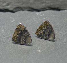 kleine dreieckige Silberstecker mit Gelbgold von dieElsterSchmuck auf Etsy Druzy Ring, Packaging Design, Studs, Gold, Jewels, Jewellery, Etsy, Stud Earring, Ear Piercings