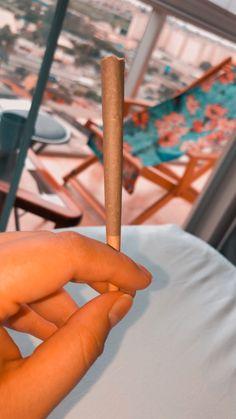 Wiz Khalifa Smoking, Girl Gang Aesthetic, Cool Instagram Pictures, Smoke Pictures, Stoner Art, Puff And Pass, Numb, Smoking Weed, Ganja