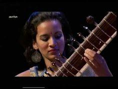 """Ravi Shankar gives Anoushka Shankar a sitar """"lesson"""""""