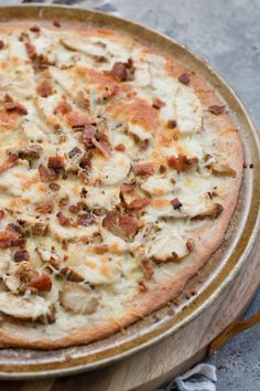 This easy Keto Chicken Bacon Ranch Pizza has a perfectly crispy low carb crust and is loaded with grilled chicken and bacon! Only 3 net carbs per slice! and bacon Nutella Fudge, Zoodle Casserole, Cabbage Casserole, Keto Casserole, Casserole Recipes, Chicken Bacon Ranch Pizza, Keto Chicken, Grilled Chicken, Pizza Ranch