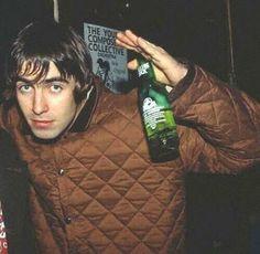 Resultado de imagen para oasis born on a different cloud Banda Oasis, Liam Gallagher Noel Gallagher, Liam Oasis, Oasis Band, Liam And Noel, Beady Eye, British Rock, Britpop, Body Poses