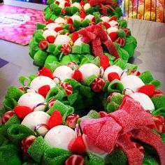 gateau de bonbon Noël 2015 Christmas Sweets, Christmas Cookies, Christmas Wreaths, Chocolates, Sweet Trees, Candy House, Candy Decorations, Candy Cakes, Candy Bouquet