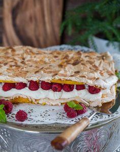 Läcker jultårta med saffran A Food, Food And Drink, Meringue Pavlova, Bread Cake, Fika, Christmas Treats, Sweet Tooth, Sweets, Cheese