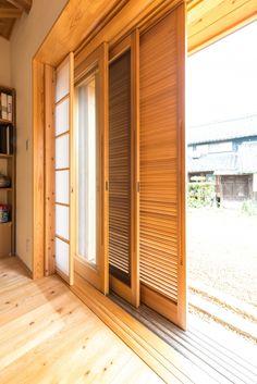 全開口できる木製の掃出しサッシです。 外部からガラリ雨戸・網戸・ガラス戸(ペアガラス)・障子と すべて壁の中に収納できます。 夏の夜は、ガラリ戸と網戸で通風しながら過ごせます。