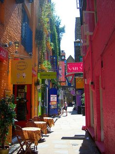 Streetside cafe on Neal's Yard, London, England (by Patrícia).