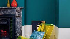 Contrastá el verde azulado sofisticado con accesorios amarillo neón para lograr un estilo contemporáneo