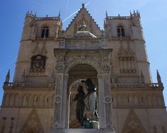 Lyon est très beau #cathedralesaintjean #cathedral #lyon #vieuxlyon #rhonealpes #igerslyon #lyoncity #lyon_focus_on #onlylyon #igersrhonealpes #rhonealpestourisme #france #france_focus_on #igersfrance #visitfrance #france_photolovers #architecture #architecturephotography #architecturelovers #ig_france #instafrance #symmetry #symmetrykillers #symmetrybuff #symmetry_art #travel #travelling #travelphotography #wanderlust http://tipsrazzi.com/ipost/1506115011311126287/?code=BTmy5-AFUcP