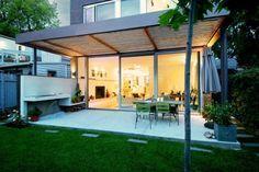 terrasse couverte avec lames en bois et baie vitreé coulissante