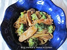 Chicken, Mushroom & Broccoli Lo Mein with Ginger Garlic Brown Sauce Mushroom Broccoli, Mushroom Chicken, Food Dishes, Main Dishes, Brown Sauce, Dinner Is Served, Vintage Recipes, Main Meals, Casserole Recipes