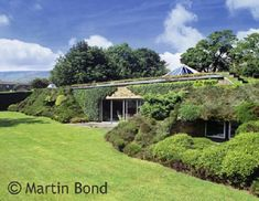 """""""Underhill"""", near Holmfirth, Yorkshire The first """"modern"""" earth-sheltered house in Britain Earth Sheltered Homes, Sheltered Housing, Underground Living, Underground Homes, Earthship Home, Living Roofs, Rammed Earth, Earth Homes, Natural Building"""