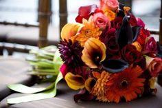 Si el casamiento es en otoño apuesta por los tonos tierra, verdosos y anaranjados. En esta estación florecen algunos tipos de rosas, jazmines, orquídeas, alcatraces, cyclamenes, freesias, agapantos, hiedra y dalias.