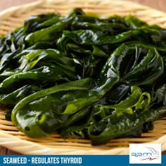 Remedies For Blood Circulation Wakame prevent breast cancer and maintain hormone balance - Wakame has many health benefits such as protects infant health, improves skin health, increase circulation, builds strong bones Herb Recipes, Healthy Recipes, Healthy Food, Healthy Eating, Wakame Seaweed, Braised Red Cabbage, Garlic Green Beans, Sea Vegetables, Brussel Sprout Salad
