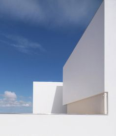 Image 11 of 33 from gallery of House in Paço de Arcos / Jorge Mealha. Photograph by Jorge Mealha Architecture Details, Interior Architecture, Interior And Exterior, Loft Hotel, Minimalist Garden, Archi Design, Simple House, Modern Classic, Trees To Plant